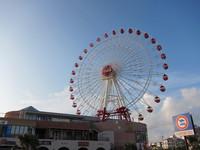 沖縄の北谷の観覧車のアップ 18時頃 2011/07/23