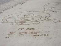 浜に描かれたドラえもん?