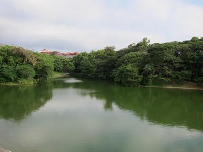 龍潭池から見える首里城