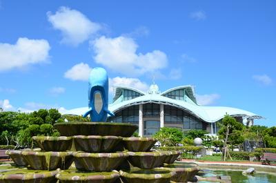 クジラと沖縄コンベンションセンター