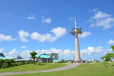 塔と沖縄コンベンションセンター