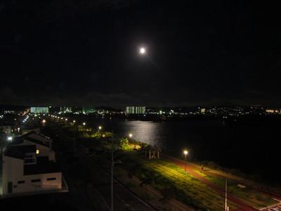 豊崎の海にできた月の光の道 2011