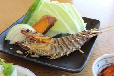 串で刺した車海老と野菜