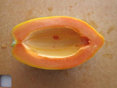 果物パパイヤを半分からカット